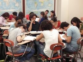 Dificultades académicas, toma de decisiones, selección vocacional, problemas familiares, y adaptación a la vida universitaria son algunos de los factores de estrés entre los universitarios. (Ricardo Alcaraz / Diálogo)