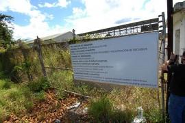 Un letrero del proyecto del incinerador en el lugar donde se ha propuesto construir en Arecibo, en una foto del 2011 (Foto Ricardo Alcaraz/Diálogo)