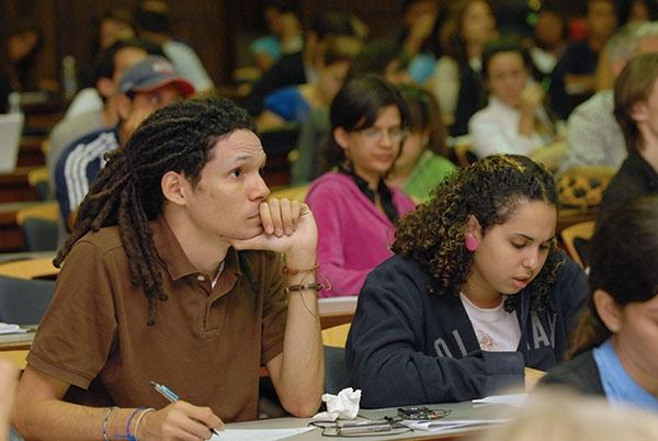 Estudiantes de la Escuela de Derecho de la UPR formándose para una de las profesiones de mayor aumento para el periodo de 2012 al 2022. (Foto por Ricardo Alcaraz)