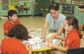 Maestra de la Escuela Elemental de la UPR con sus estudiantes. (Ricardo Alcaraz / Diálogo)