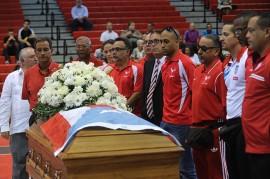 Un grupo de entrenadores toma un turno para realizar una guardia de honor alrededor del féretro de Reinaldo 'Pochy' Oliver. (Ricardo Alcaraz / Diálogo)