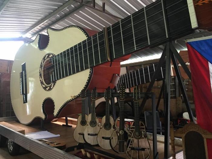 El cuatro gigante es el segundo instrumento más grande del mundo. Sin embargo, Luis Ángel Colón Ortiz aspira a que Puerto Rico tenga el instrumento más grande del mundo.  (Deborah Rodríguez)