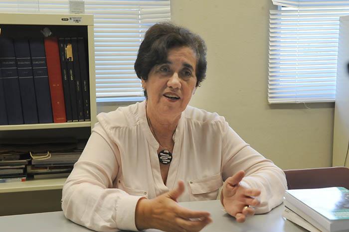 """La doctora Ana Helvia Quintero discutió parte de los proyectos y propuestas para reformar la educación pública en Puerto Rico, que recopila en su libro """"Hacia un plan educacional de Puerto Rico: Retos y posibilidades"""" (Adriana De Jesús Salamán / Diálogo)"""