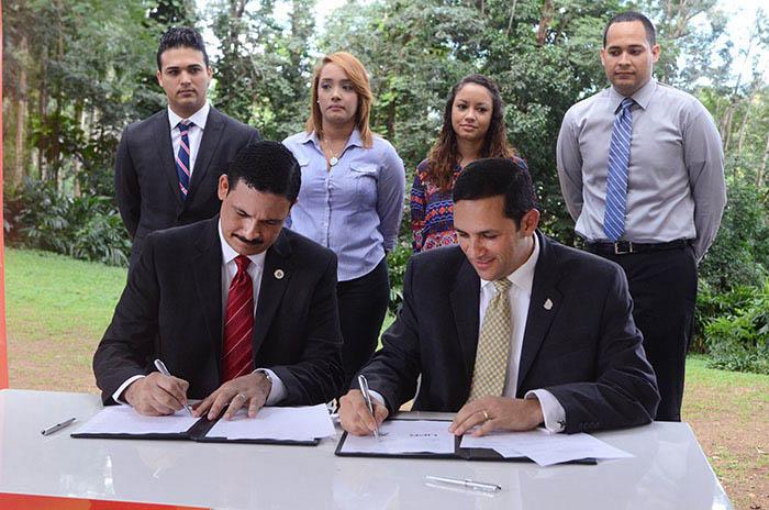 Uroyoán Walker, presidente de la UPR, y Alberto Lázaro, presidente ejecutivo de la AAA, firman el acuerdo colaborativo. (Ricardo Alcaraz-Diálogo)