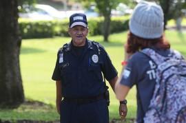 Álvarez De Jesús es el guardia de seguridad que alegra el día de aquellos que transitan diariamente por la entrada contigua al Museo del recinto riopedrense. (Ricardo Alcaraz/ Diálogo)
