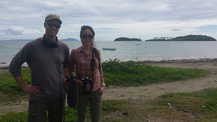 El periodista Anders Kelto y la científica y fotógrafa Caroline Kim en Cayo Santiago. (Suministrada)
