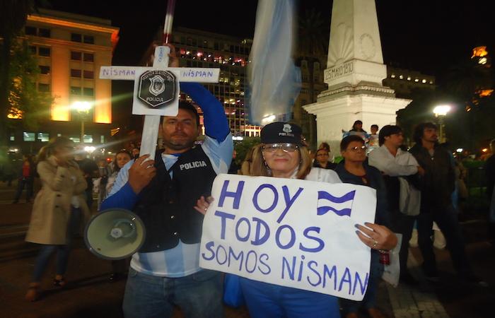 Manifestantes piden justicia por la muerte del fiscal Natalio Alberto Nisman, en la Plaza de Mayo, ante la Casa Rosada, sede de la Presidencia de Argentina, el 19 de enero, en una protesta convocada por las redes sociales, en un país conmocionado por el caso.  (Foto por Fabiana Frayssinet / IPS).