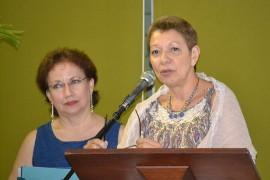 De izquierda a derecha,  las doctoras Elsa R. Arroyo Vázquez y Julia Cristina Ortiz Lugo en momentos en los que dirigieron al público para agradecer el evento de presentación del texto.(Suministrada/Prensa Rum)