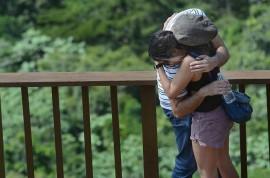Una pareja de novios se abraza en el Bosque del Pueblo en Adjuntas. (Ricardo Alcaraz/ Diálogo)