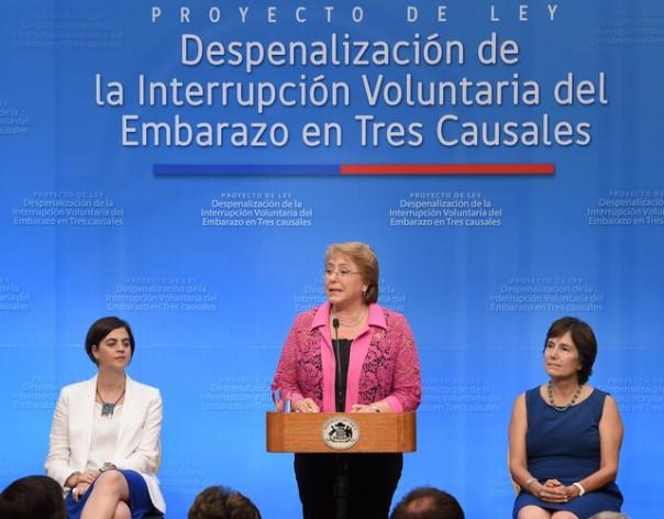 La presidenta Michelle Bachelet durante la firma del proyecto de ley que despenalizará el aborto en tres causales, con lo que Chile dejaría de ser uno de los cinco países del mundo que lo penaliza en forma absoluta. (suministrada/IPS)