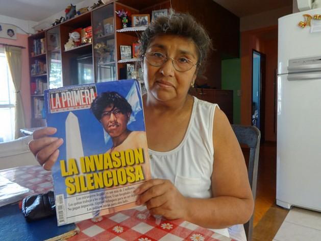 """Emiliana Mamani muestra una revista del año 2000, que alertaba de """"la invasión silenciosa"""" de bolivianos en Argentina, donde incluso, aseguró, se manipuló la foto para que el inmigrante apareciese sin un diente. La inmigrante boliviana recuerda aquel episodio como el más duro en sus 30 años en el país de acogida."""