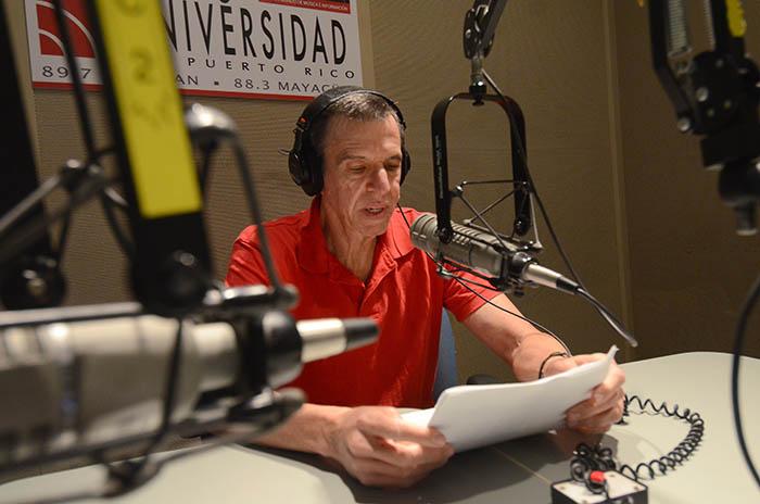 A lo largo de su trayectoria, la estación pública y universitaria ha logrado colocar en la banda FM lo mejor de la música puertorriqueña y del mundo, así como programas informativos de discusión y análisis profundo. En la foto, el productor Carlos Camuñas, quien ha formado parte de la emisora desde sus inicios. (Ricardo Alcaraz / Diálogo)