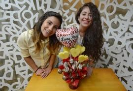 Michelle Estados y Némesis Mora muestarn cómo hacer un arreglo para San Valentín (Ricardo Alcaraz/ Diálogo).