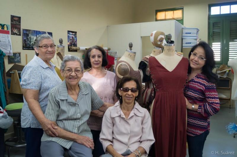 Foto 1- Las costureras del Taller de Vesturario de UPR Río Piedras