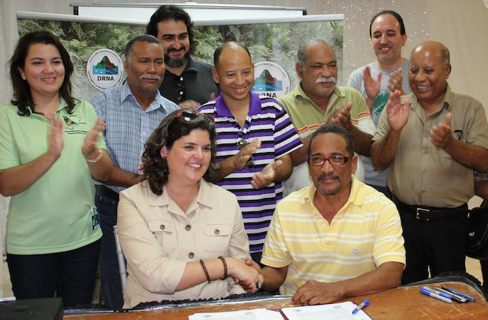 En la foto, la secretaria del Departamento de Recursos Naturales y Ambientales (DRNA), Carmen R. Guerrero Pérez, firma un acuerdo colaborativo con el representante de la incubadora de microempresas Inciativa de Eco Desarrollo de Bahía de Jobos (Idebajo), Nelson Santos, para establecerse en la Reserva Nacional de Investigación Estuarina de Bahía de Jobos (Jbnerr). (Suministrada)