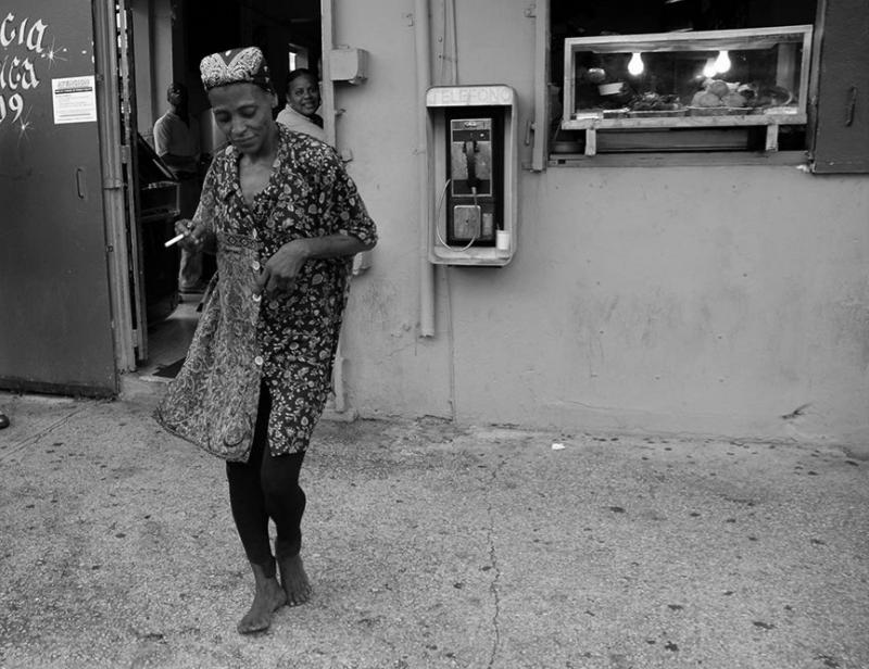 Bailar en la acera. (Ricardo Alcaraz / Diálogo)