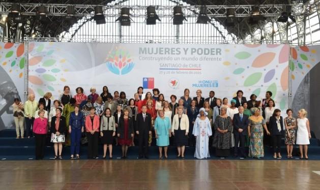 Foto de familia de la reunión internacional de alto nivel sobre las Mujeres en el Poder, celebrada el 27 y 28 de febrero en Santiago de Chile, que analizó la situación de los derechos de las humanas, 20 años después de la Conferencia Mundial sobre la Mujer de Beijing. (Suministrada/IPS)