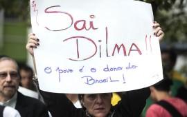 """Miles de personas han protestado contra la presidenta Dilma Rousseff por la aparente corrupción que ha estado presente en Brasil desde que la mandataria asumió su segundo mandato en enero de este año. En la foto, el mensaje lee """"Fuera Dilma. El pueblo es dueño de Brasil"""" (Suministrada)"""