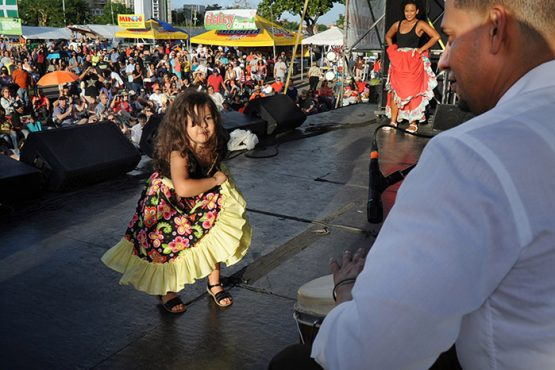Anuva Calderón Velazco, de solo 4 años,  reta al tocador Caymmi Rodríguez en el Festival de Claridad. (Ricardo Alcaraz / Diálogo)