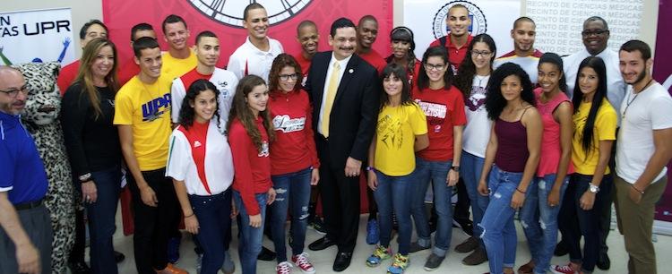 Foto 2- Atletas del Sistema UPR junto al Presidente Uroyoán Walker Ramos (centro)