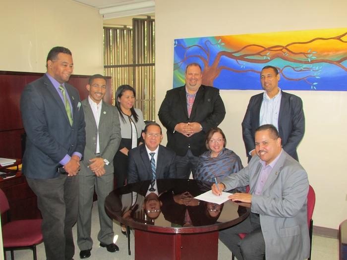 Foto Firma acuedo CIAPR y UPR Carolina 2