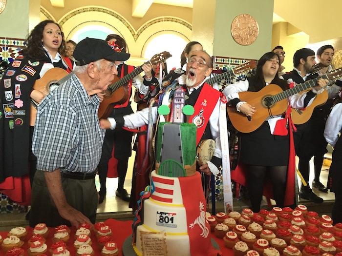 Don Goyo, director de la Tuna de la UPR (Deborah Rodríguez/ Diálogo)