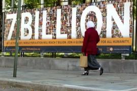 La población mundial llegó a 7.000 millones de personas el 31 de octubre de 2011. En la foto se puede ver una pancarta de la campaña mundial del Fondo de Población de las Naciones Unidas para crear conciencia sobre las oportunidades y los desafíos de ese hecho histórico. Crédito: UN Photo/Rick Bajornas.