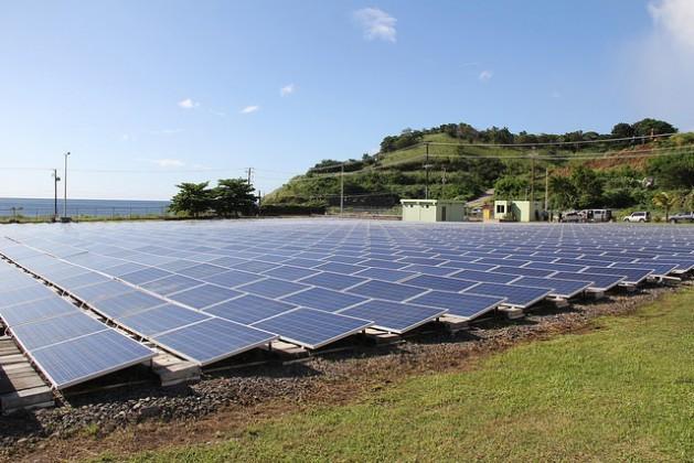 San Vicente y las Granadinas instaló paneles fotovoltaicos que producen 750 kilovatios/hora, que reducen sus emisiones contaminantes en 800 toneladas al año. Crédito: Kenton X. Chance/IPS.