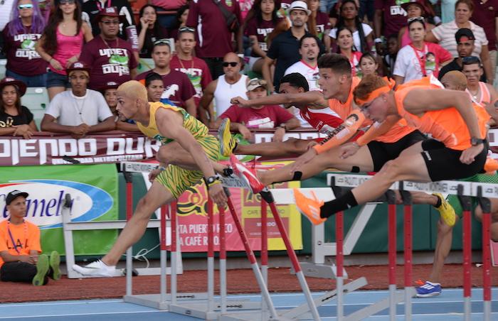 El Turabo ganó la carrera de los 100 metros con vallas. (Ricardo Alcaraz / Diálogo)