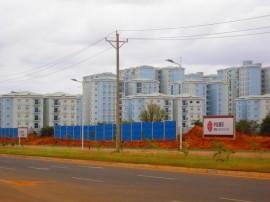 Ciudad Kilamba, un barrio construido por empresas chinas en el sur de Luanda, la capital de Angola, para acoger a medio millón de personas. (Mario Osava / IPS)