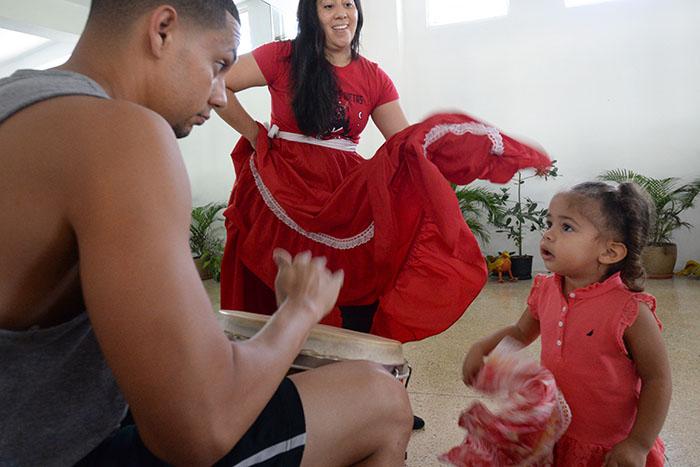 Marién Torres en el taller de bomba para niños. (Ricardo Alcaraz / Diálogo)