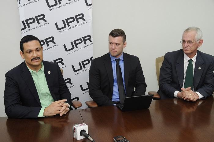 De izquierda a derecha, el presidente de la UPR, el doctor Uroyoán Walker Ramos; el director de Desarrollo e Investigación de Ahkeo Holdings, Matthew Klentzman; y el rector del RUM, el doctor John Fernández Van Cleeve. (Ingrid Torres)