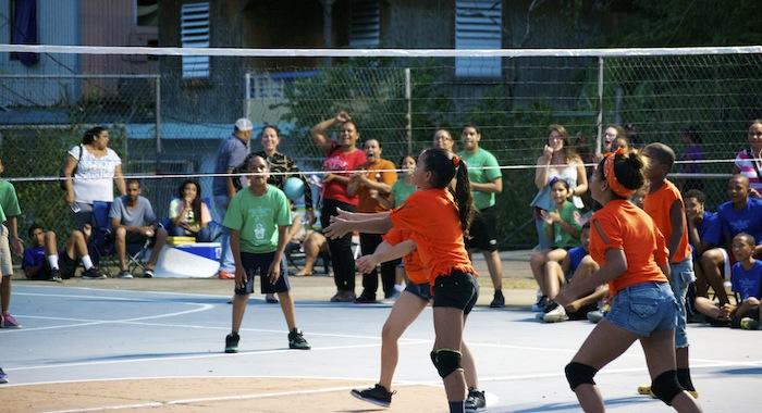 Participantes torneo voleibol comunitario en Río Piedras
