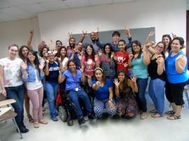 Estudiantes del Curso de Lenguaje de Señas, y el profesor Rafael Ortiz, hacen el signo de amor. (Suministrada)