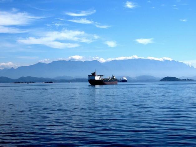 Un barco petrolero surca la bahía de Guanabara, en Río de Janeiro, Brasil. A unos 250 kilómetros de la costa se ubica un yacimiento de petróleo presal, la gran riqueza económica de la llamada Amazonia Azul. (Fabiola Ortiz / IPS)