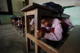 Escolares en la aldea de Matatirtha, en Nepal, realizan una práctica de simulacro de terremoto. Crédito: Departamento de Asuntos Exteriores y Comercio / CC-BY-2.0