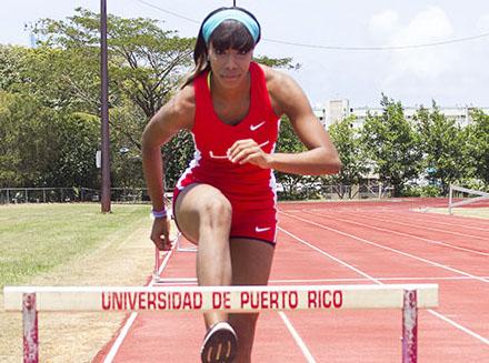 Natshalie Isaac participa en los 400 metros con vallas. (Rafael Montañez / Diálogo)
