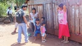 Una abuela y su hija y ya joven madre con otros miembros de su familia, en la aldea indígena de Mby'a Guaraní Iboty Ocara, en la provincia de Misiones, en el noreste argentino. La población indígena es una de las más vulnerables a la mortalidad materna en América Latina. Crédito: Fabiana Frayssinet/IPS