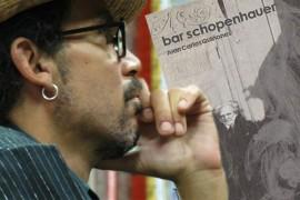 Bruno Soreno y la portada de su libro. (Fotomontaje: Ricardo Alcaraz / Diálogo)