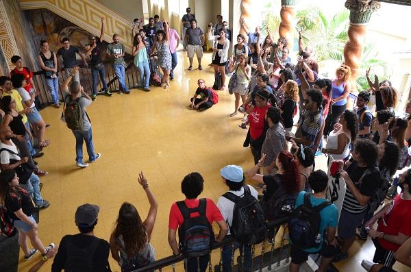 Estudiantes se manifiestan cerca de la Rectoría de UPR-RP. (David D. Pérez Aponte / Diálogo)