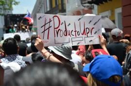 Una estudiante sostiene una pancarta durante las manifestaciones que se dieron hoy en el Capitolio y La Fortaleza. (David D. Pérez Aponte / Diálogo)