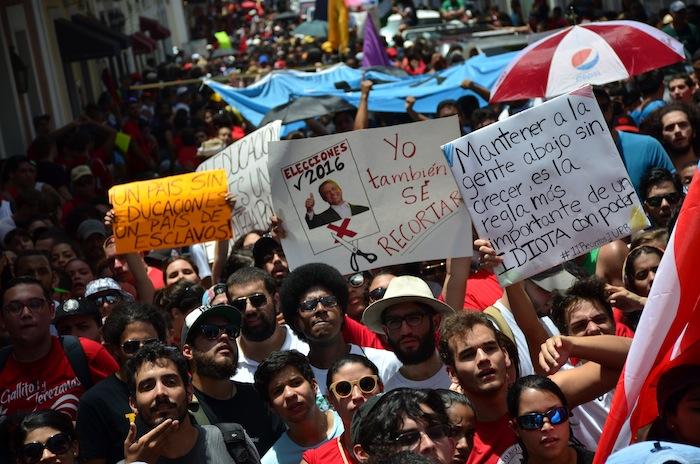 Estudiantes durante la marcha desde el Capitolio hasta La Fortaleza. (David D. Pérez Aponte / Diálogo)