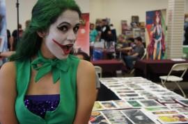 Una cosplayer vestida del personaje del Joker de los cómics de Batman durante el Free Comic Book Day realizado en Arecibo. (Kiara Candelaria Nieves / Diálogo)