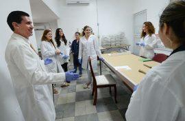 El profesor Edwin Crespo Torres junto con un grupo de estudiantes en el Laboratorio de Antropología Forense y Bioarqueología.