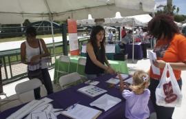 Karla Ramírez junto a Vanessa Santiago, estudiante de primer año de Educación en Salud, en una mesa educativa sobre VOCES en el Día del Niño y Concienciación del Asma en el Museo del Niño de Carolina. (Suministrada)