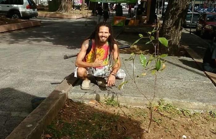 Gerard Caro se propuso sembrar un árbol cada día.