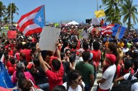 Manifestantes en el Capitolio protestando los recortes propuestos para la UPR. (David D. Pérez Aponte / Diálogo)
