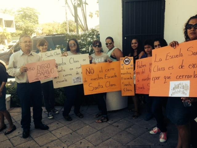 Manifestantes protestan frente al Departamento de Educación