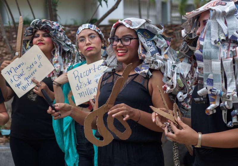 Estudiante protesta en la caravana en contra de los posibles recortes presupuestarios a la UPR. (Ivana Alonso  / Diálogo)