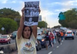 Estudiante de la UPR protesta en una caravana en contra de los posibles recortes presupuestarios de la universidad. (Ivana Alonso / Diálogo)
